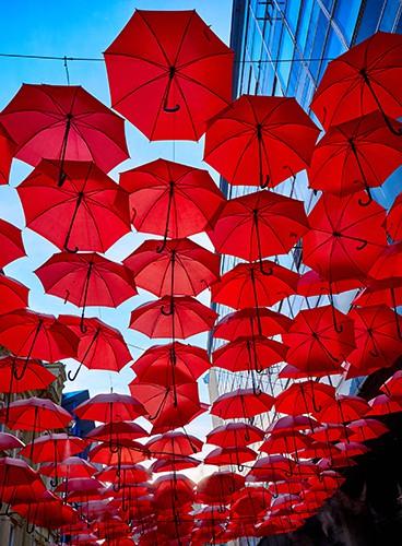 rød paraply i byen